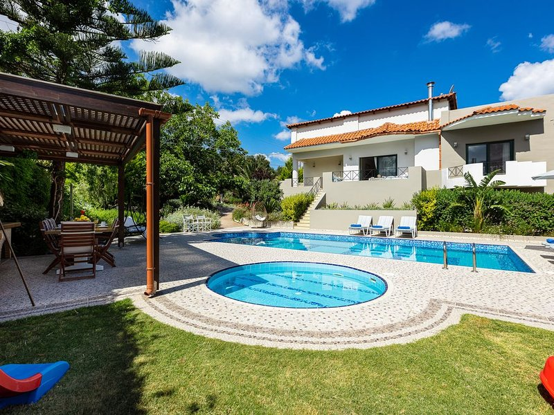 Alonia Villa, 50m2 pool,  children's pool, close to shops! Stunning Views!, alquiler vacacional en Achlades