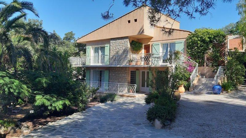 Superbe rez de villa refait à neuf sur le haut de Hyères à 6 minutes des plages, location de vacances à Hyères