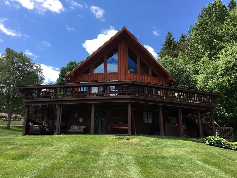 THE ADIRONDACK CABIN, JACUZZI, VIEWS & ACCESS TO HINCKLEY LAKE (Sleeps up to 12) – semesterbostad i Forestport