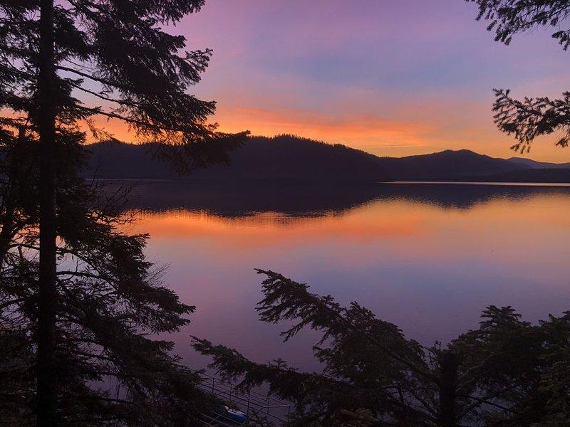 Lazy Moose Lodge Lakefront Cabin for up to 19 Guests!, alquiler de vacaciones en Luby Bay