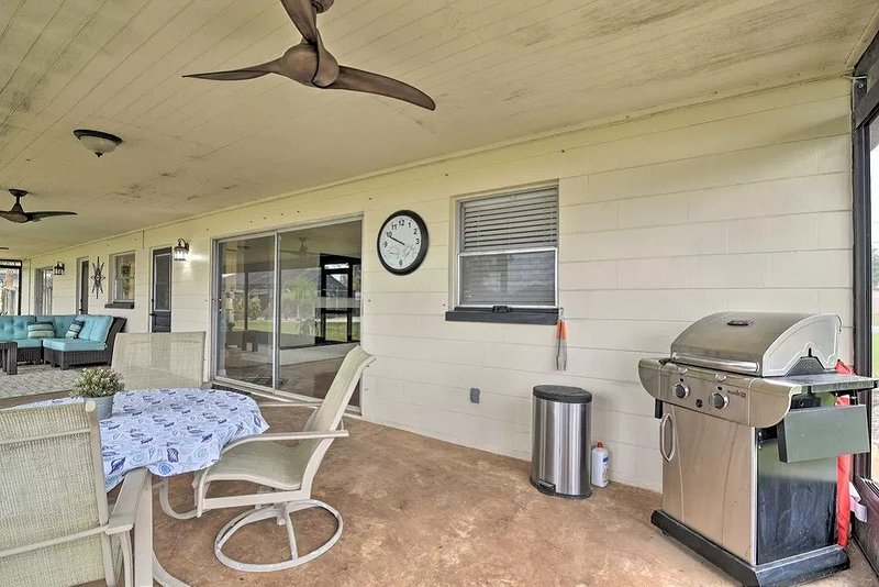 Family Home on Bellows Lake. Minutes from Downtown Tampa. Pool coming 2021., holiday rental in Seffner