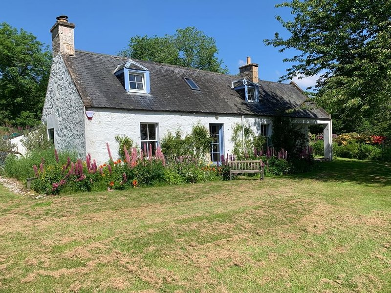 19th Century Millers Cottage with stunning views, beautifully renovated., vacation rental in Invergordon