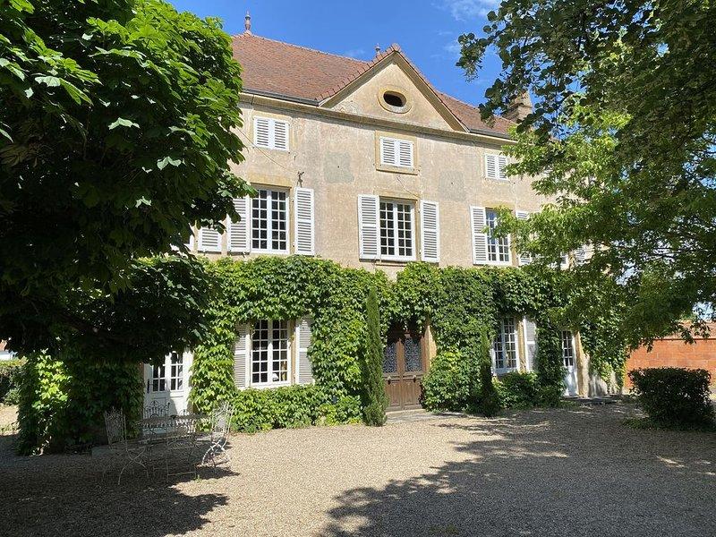Le Domaine du Martray - Maison de famille typique du sud de la Bourgogne, holiday rental in Paray Le Monial