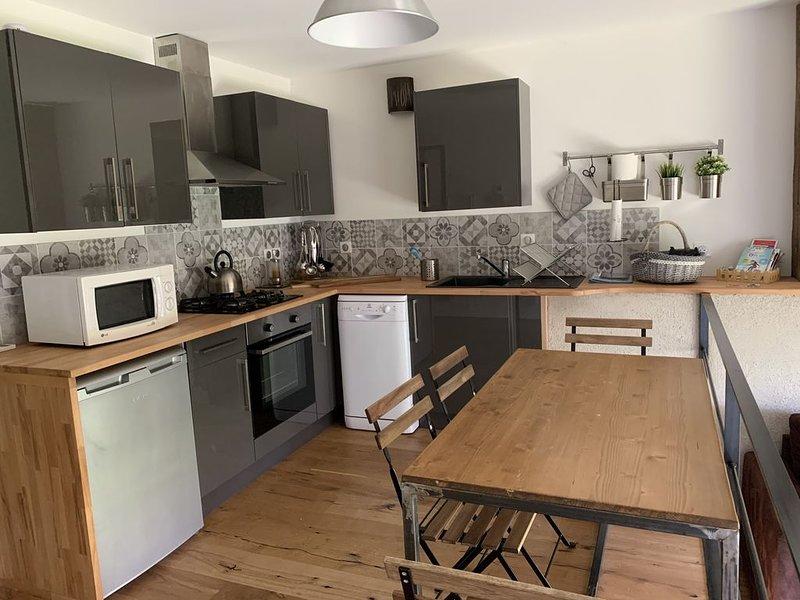 Petit appartement indépendant dans corps de ferme avec Climatisation, holiday rental in Vallieres