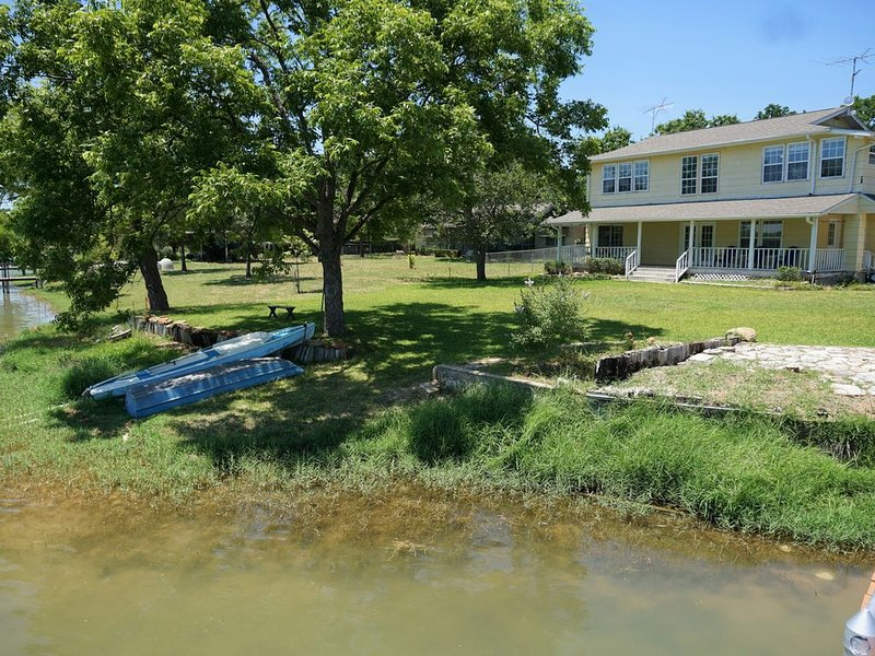 The Mellow Yellow Lake House. Come Relax on the Shores of Lake Buchanan!, vacation rental in Buchanan Dam