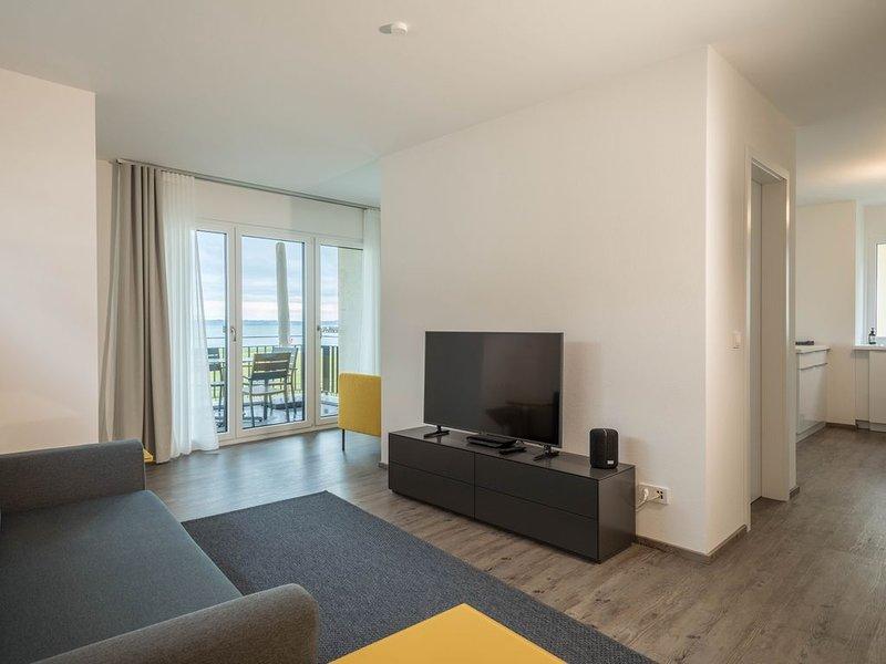 Brandneue Wohnung MONTFORT direkt am Bodensee mit Seeblick, Bergblick, Balkon &, holiday rental in Langenargen