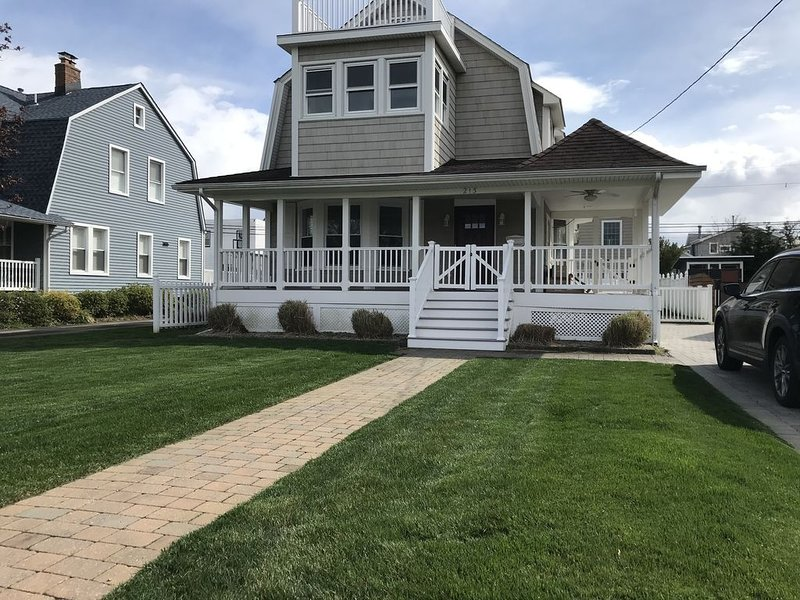 Beautiful, family friendly Bradley Beach home 1.5 blocks from the beach!, holiday rental in Neptune