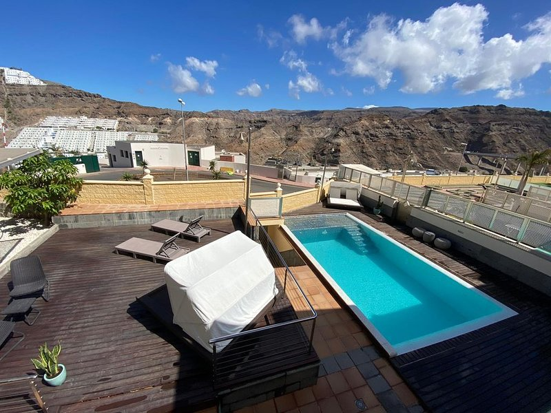Happy Dreamer Villa mit großem Pool, Terrasse mit Bergblick, WLAN und Klimaanlag – semesterbostad i Puerto Rico