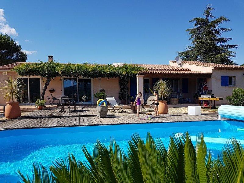 Maison familiale à la campagne, piscine et vue dominante, proche Golfe St Tropez, alquiler de vacaciones en La Mole