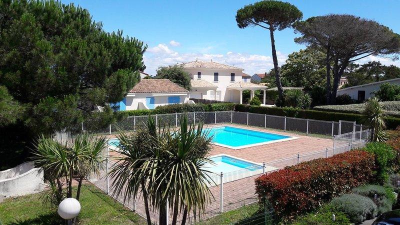 VILLA (+100m2) 3 chambres, balcon, Piscine, plage à 300m, WIFI, salle de jeux,, vakantiewoning in Saint-Palais-sur-Mer