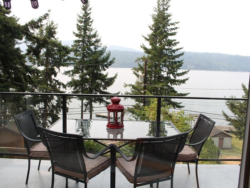 Lake Whatcom Summer home, 100' private beach, dock, and kayaks, alquiler de vacaciones en Bellingham