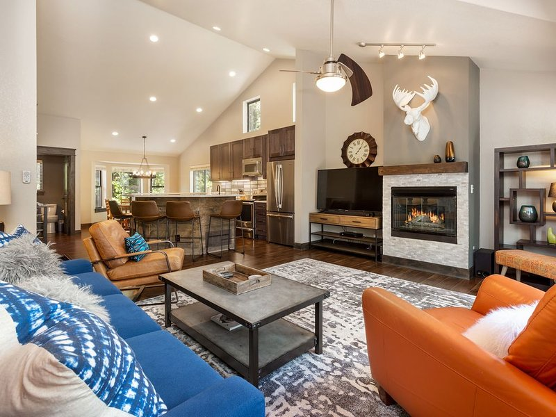Mtn Modern: Private Hot Tub, Huge Deck, 3 King Bds, Garage. Walk to lift & town!, vacation rental in Breckenridge
