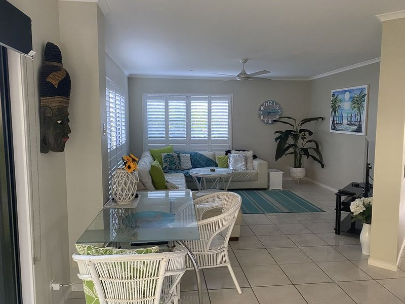SPACIOUS BEACH HOUSE in beautiful Dicky Beach, Caloundra, vacation rental in Caloundra