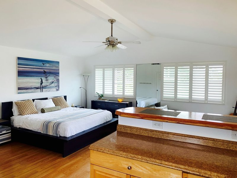 Prime Sunset Beach Loft! Modern, Spacious & Private + Cold A/C!, alquiler de vacaciones en Pupukea