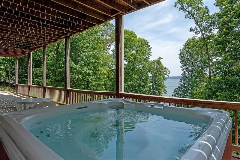 The Raven - Lake Front Rogers, Hot Tub, 2 Large Decks, Lake Fun!, holiday rental in Rogers