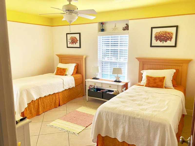 Charming Home on Anna Maria Island 2 Blocks from Beach with Private Pool, vacation rental in Holmes Beach