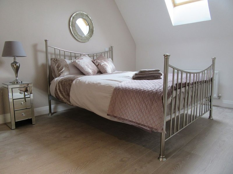 Windsor Town centre luxury gated en-suite property with  parking and lift, vacation rental in Windsor