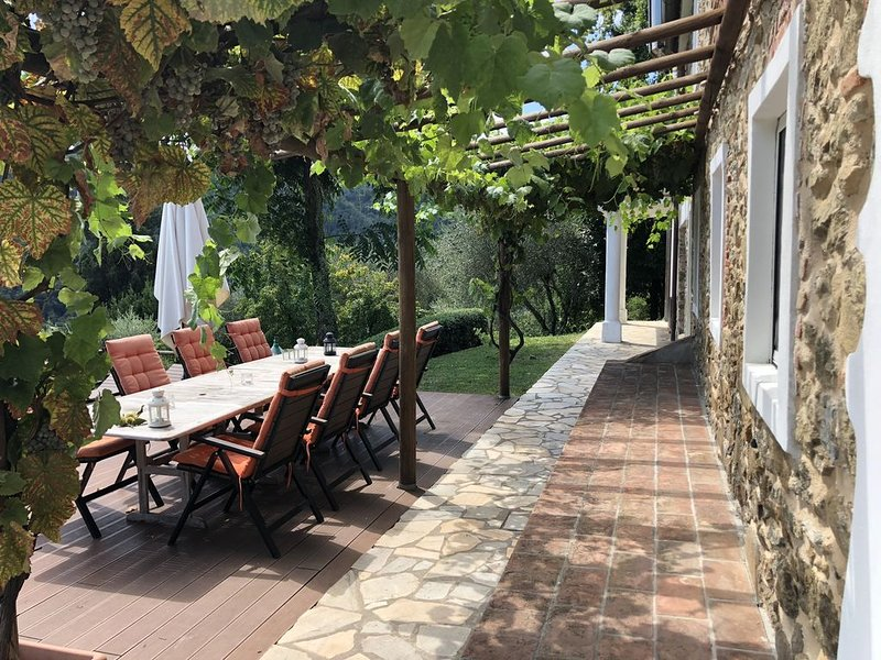 Independent holiday home, close to Lucca Pisa Florence with private pool, holiday rental in Borgo a Mozzano