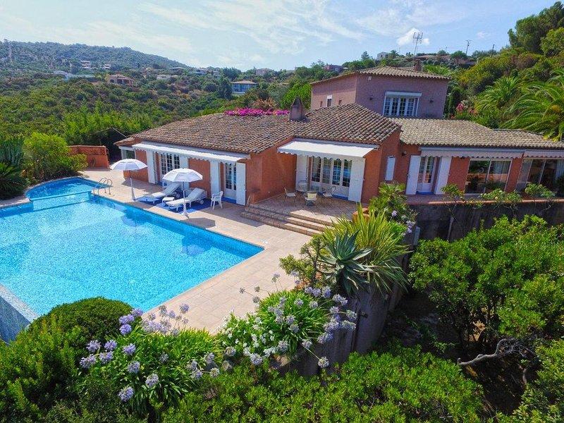 Villa de prestige, panorama golfe d'Ajaccio avec 2 piscines, 14 pers, 3 mn plage, location de vacances à Pietrosella