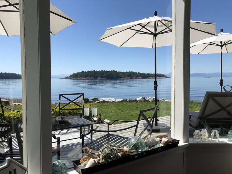 Waterfront Beach House - Pet friendly - Private - Shack by the Sea, alquiler de vacaciones en Sechelt