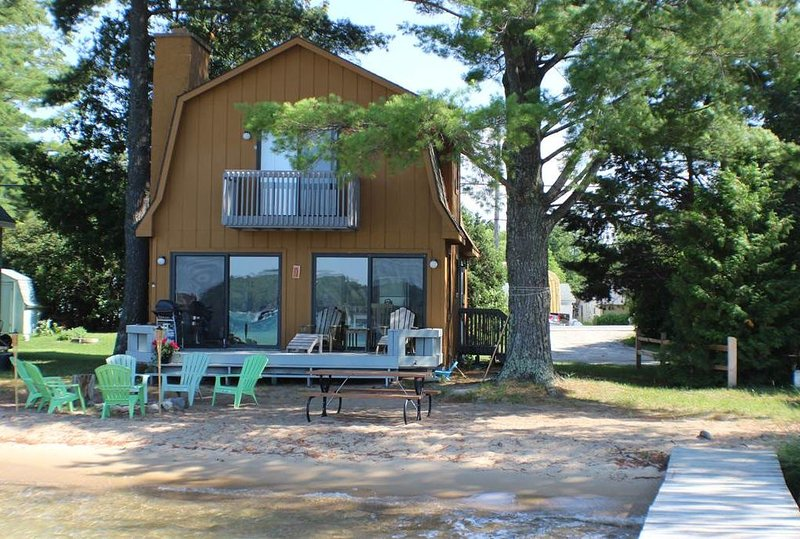 Torch Lake Beach House on the Sand Bar, alquiler de vacaciones en Rapid City