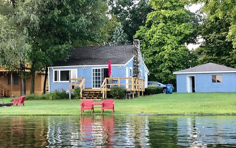 Quaint Cedar Shake Cottage. Stunning Views of Maple Lake., holiday rental in Gobles