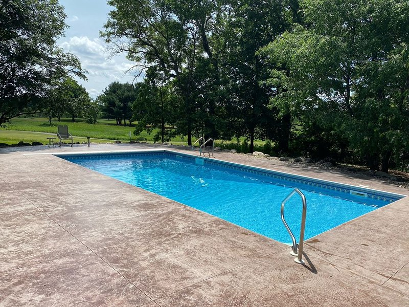 Golf Course Luxury Retreat  20 Min from Downtown with Pool and Fire Place, vacation rental in Brooklyn Park