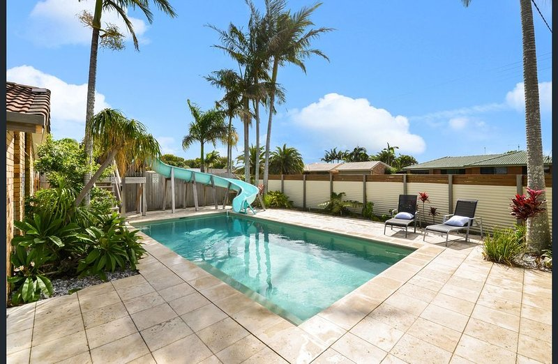 Waterslide, Pool, Games Room ~ Family Holiday Home Close to Beach & Shops, vacation rental in Warana