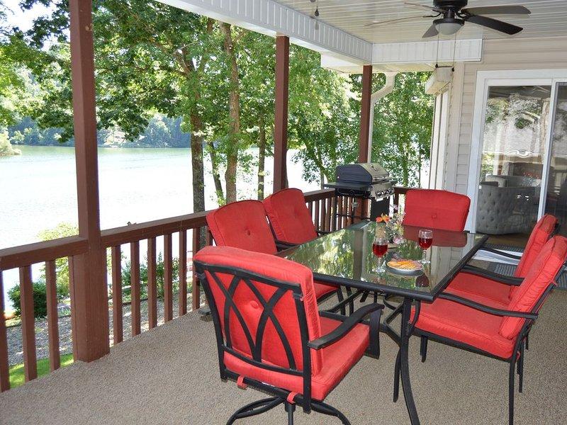 Gorgeous bluffs on Lake Ann - private dock, casa vacanza a Pineville