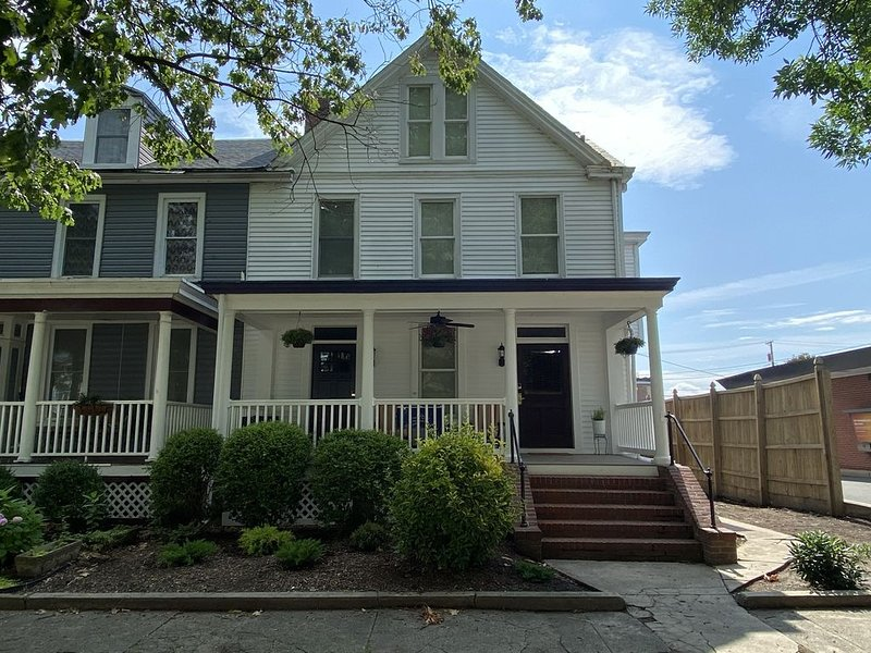 Renovated Victorian just a block from the water in historic Havre de Grace, holiday rental in Earleville