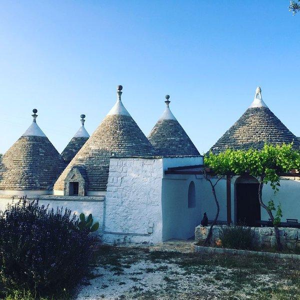 Villa composta da tanti Trulli comunicanti a pochi Km dal mare, holiday rental in Scamardella