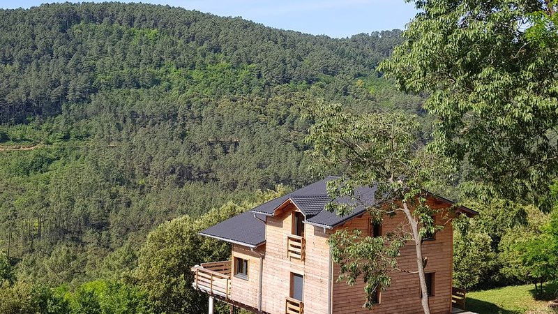 Très joli chalet avec vue sur la nature ardéchoise, casa vacanza a Rocles