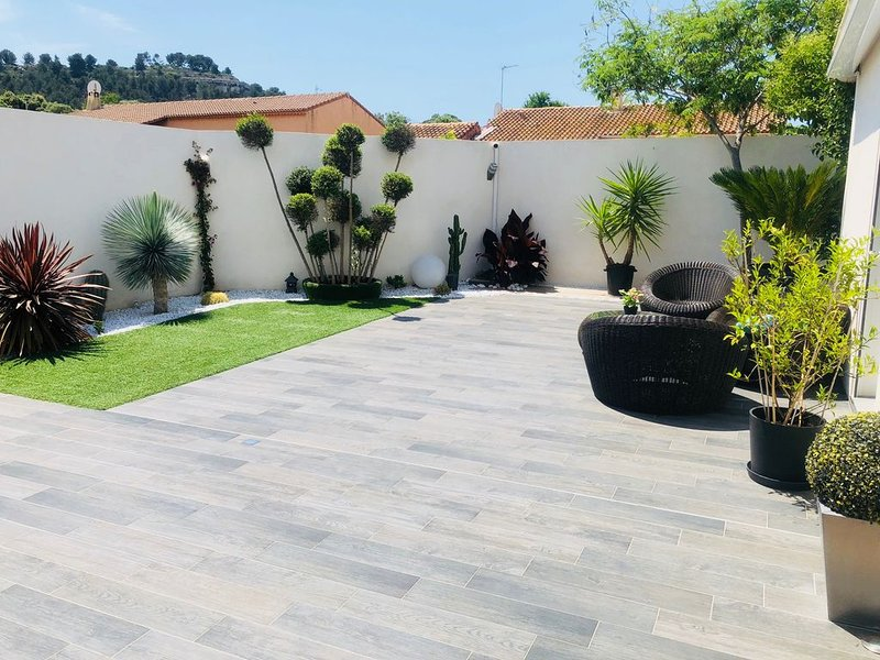 Villa 4 chambres piscine sans vis à vis proche mer, holiday rental in Marignane