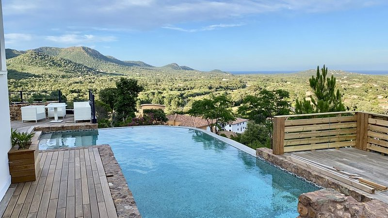 Villa 10 personnes face mer et montagne, vue exceptionnelle, pas de voisin, holiday rental in Zonza