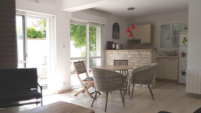 Bel appartement, bien situé, avec parking et jardin, agréable et pratique, vacation rental in Dompierre sur Mer