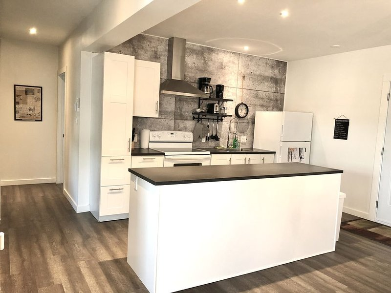 Cozy and brand new condo in the heart of Sutton's village, vakantiewoning in Shefford