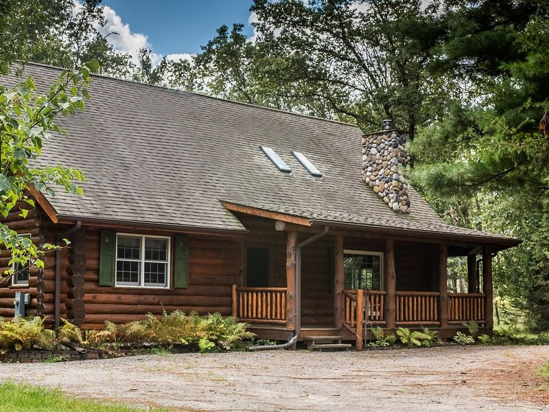 Log Home Luxury - Only 5 minutes from Sand Valley!, casa vacanza a Nekoosa