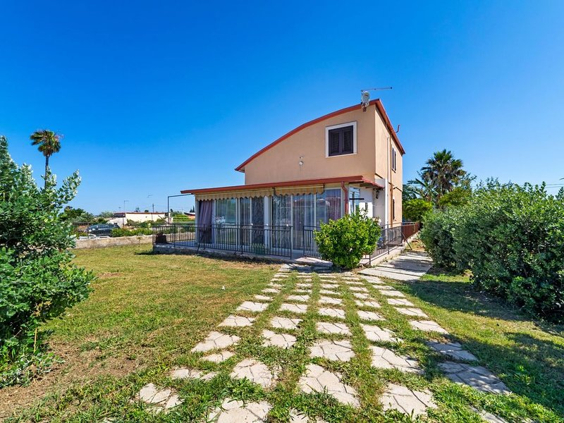Enticing Holiday Home in Siracusa with Private Pool, vacation rental in Belvedere