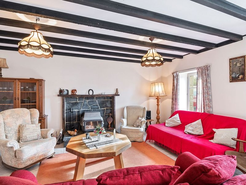 Delightful Holiday Home in Chapelle Neuve with Swimming Pool, vacation rental in Loguivy-Plougras