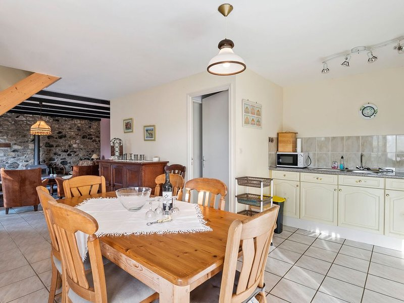 Blissful Holiday Home in Chapelle Neuve with Swimming Pool, vacation rental in Loguivy-Plougras