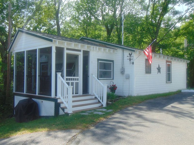 Cottage at lake with two bedrooms and screened porch, vacation rental in Northfield