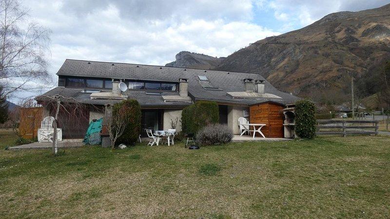en bordure d'une rivière avec vue sur la montagne avec terrasse de plein pied, aluguéis de temporada em Beost