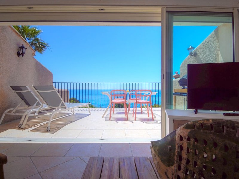 Agay - Appartement vue mer avec piscine, tennis et plage à pied, holiday rental in Agay