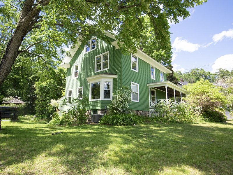 Large family home in the heart of town., location de vacances à Bolton Landing