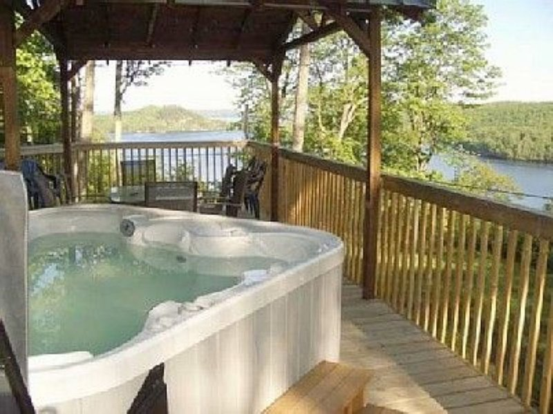 Very private modern cottage, breathtaking view, hot tub, Lake Vernon, Huntsville, holiday rental in Katrine