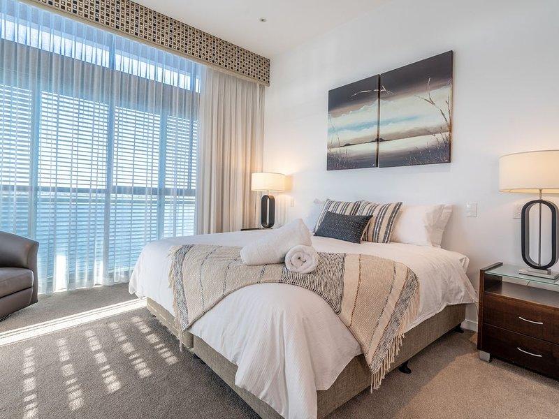Luxury Gold Coast Penthouse! Waterfront Views! Free Wifi*Parking*Netflix, vacation rental in Runaway Bay