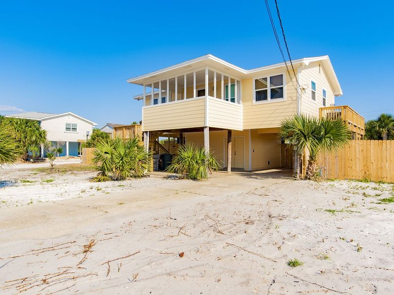 Sunshine Beach House (pool, sleeps 8) - 5 minute walk to Gulf and Sound beaches, holiday rental in Gulf Breeze