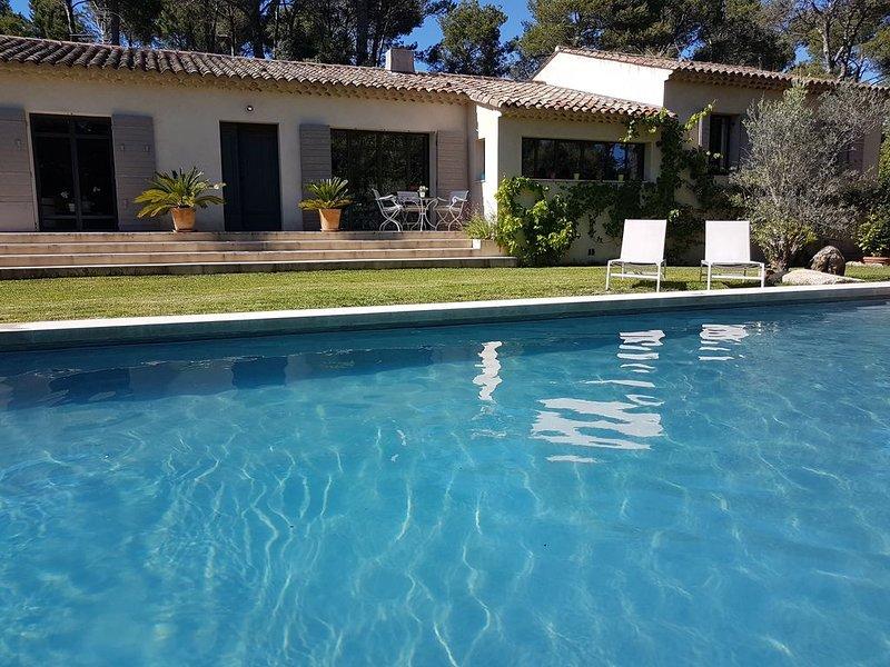 Villa proche d'Aix sans vis-à-vis, avec piscine UV-sans chlore, en pleine nature, holiday rental in Le Tholonet