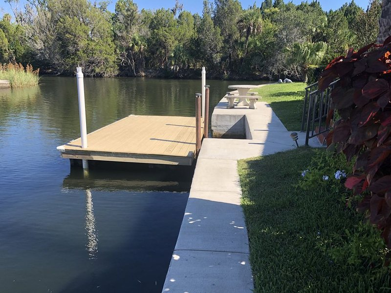 Stunning Canal Front Corner Lot in Crystal River, Indian Waters subdivision, location de vacances à Yankeetown