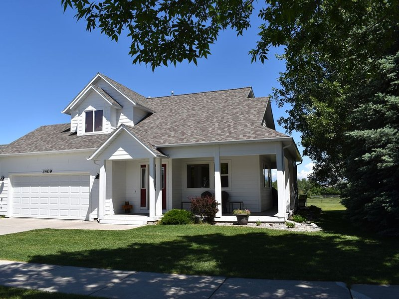 Backs to park/playground with mt views, 1 block from off leash park & ponds, holiday rental in Four Corners